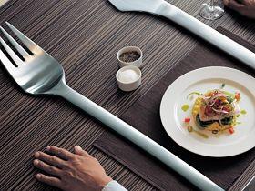 Valgyk iš mažos raudonos lėkštės su didele žydra šakute…